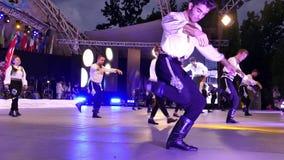 Junge türkische Tänzer im traditionellen Kostüm stock video