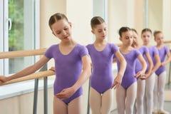 Junge talentierte Ballerinen, die Ballettübung durchführen stockfotos
