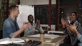Junge Teilhaber, die nach hörendem Bericht oder Abkommen mit erfolgreichem Projekt applaudieren Berufsbildung, Arbeit stock video