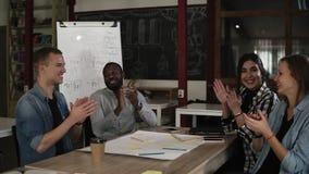 Junge Teilhaber, Kollegen, die nach hörendem Bericht applaudieren oder Abkommen mit erfolgreichem Projekt fachmann stock footage
