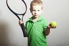 Junge Tennis.Child mit Tennis-Schläger und Ball Lizenzfreies Stockbild