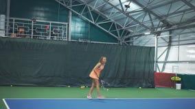 Junge Tennisspielerschläge weg von den Bällen stock video footage