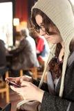 Junge texting Frau Stockbild