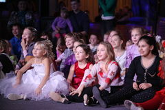 Junge Theaterbesucher Kinder, die enthusiastisch Puppenspieltheater Smeshariki der Kinder Weihnachtsaufpassen Lizenzfreie Stockfotografie