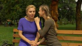 Junge Tochter, die Geheimnisse mit Mutter, entspannend im Park teilt und vertrauen Verhältnis stock video footage