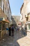 Junge Touristen in der Straße von altem Budva, Montenegro Stockbild