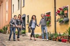 Junge Touristen, die in die alte Stadt gehen Stockfoto