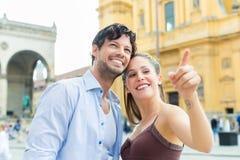 Junge Touristen in München vor Kirche lizenzfreie stockfotografie