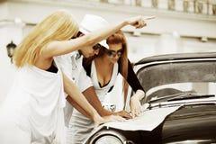 Junge Touristen mit einer Straßenkarte. Stockfotografie