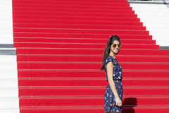 Junge touristische Frau auf dem roten Teppich in Cannes, Frankreich Stairs des Ruhmes Stockfoto