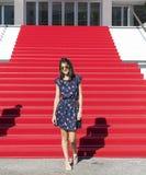 Junge touristische Frau auf dem roten Teppich in Cannes, Frankreich Stairs des Ruhmes Lizenzfreie Stockbilder