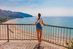 Junge touristische Frau auf dem Strand und der Seelandschaft mit Sperlonga, Lazio, Italien Szenisches Dorf des beliebten Erholung lizenzfreies stockfoto
