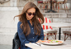 Junge touristische Frau, die draußen authentische Pizza isst lizenzfreie stockfotografie