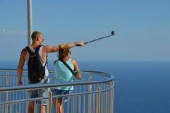 Junge touristische Paare, die ein selfie in einem Panoramapunkt gefangennehmen stockfotografie