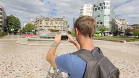 Junge touristische Schmierfilmbildung 360-Grad-Panorama unter Verwendung der Anwendung für Smartphone stock video
