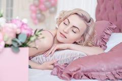 Junge träumende Frau mit geschlossenen Augen Lizenzfreies Stockfoto