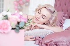 Junge träumende Frau mit geschlossenen Augen Stockfotos