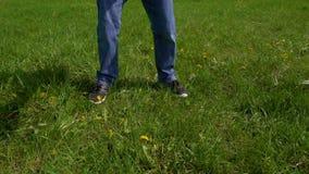 Junge tröpfelt den Ball auf grüner Wiese, Zeitlupe stock footage