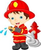 Junge tragende Feuerwehrmannkarikatur stock abbildung