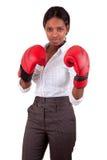 Junge tragende Verpackenhandschuhe der schwarzen Frau Lizenzfreie Stockfotografie