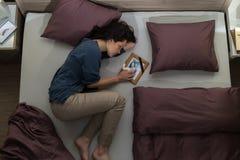 Junge Trauerfrau, die im Bett liegt stockfotos