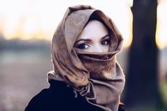 Junge traurige arabische Frau im hijab stockfotos
