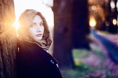 Junge traurige arabische Frau im hijab lizenzfreies stockfoto