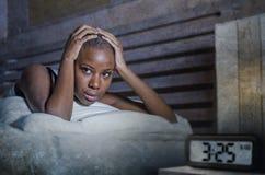 Junge traurige deprimierte schwarze afroe-amerikanisch Frau wach auf Angstproblem der schlafenden Störung der Schlaflosigkeit des stockfoto
