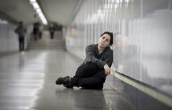 Junge traurige Frau in den Schmerz allein und deprimiert an der besorgten leidenden Grundkrise des städtischen U-Bahntunnels Stockfotos