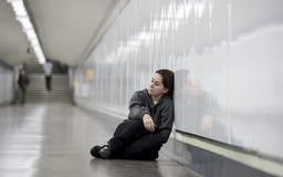Junge traurige Frau in den Schmerz allein und deprimiert an der besorgten leidenden Grundkrise des städtischen U-Bahntunnels Lizenzfreies Stockfoto