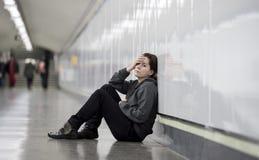 Junge traurige Frau in den Schmerz allein und deprimiert an städtischem U-Bahn tunn Lizenzfreies Stockfoto