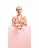 Junge traurige Frau, welche die Darstellung, zeigend auf Plakat zeigt Stockbilder