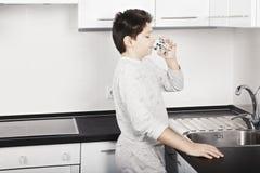 Junge trinkt Wasser stockbilder