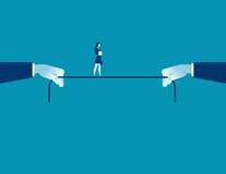 Junge trotzen Rick-Geschäftsfrau, die auf Seil balanciert Lizenzfreies Stockfoto