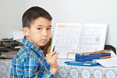 Junge tut seine Hausarbeit Stockfotos