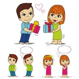 Junge u. Mädchen, Paar, Junge gibt einem Mädchen ein Geschenk Lizenzfreies Stockbild