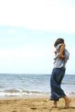 Junge am Ufer Stockfoto