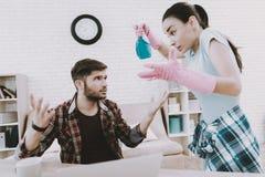 Junge-umgekippter Frauen-Reinigungs-Raum mit faulem Mann lizenzfreies stockfoto
