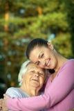 Junge und ältere Frauen stockbild