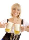 Junge und attraktive bayerische Frau mit Bier Lizenzfreies Stockbild