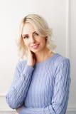 Junge und attraktive blonde Frau in der zufälligen Kleidung Lizenzfreie Stockbilder