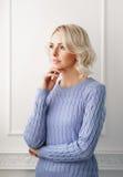 Junge und attraktive blonde Frau in der zufälligen Kleidung Lizenzfreies Stockfoto