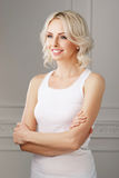 Junge und attraktive blonde Frau in der zufälligen Kleidung Lizenzfreies Stockbild