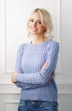 Junge und attraktive blonde Frau in der zufälligen Kleidung Stockfoto