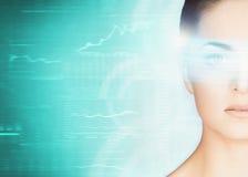 Junge und attraktive Frau von der Zukunft mit dem Laser-Hologramm Lizenzfreie Stockfotos