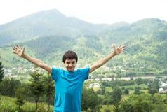 Junge und Berge stockfotos
