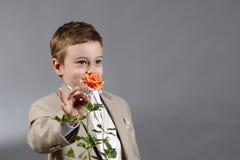 Junge und Blume stockfotos