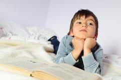 Junge und Buch Lizenzfreie Stockfotografie