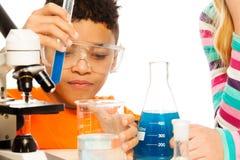 Junge und Chemie stockfotografie