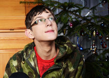 Junge und der Weihnachtsbaum Lizenzfreie Stockbilder
